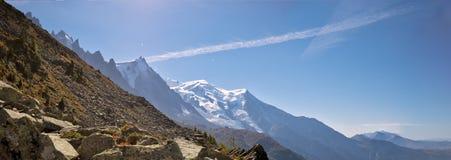 Dolinni, wysocy szczyty i Mont Blanc masyw w wiosce Chamonix w Francja i obrazy stock