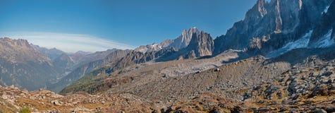 Dolinni, wysocy szczyty i Mont Blanc masyw w wiosce Chamonix w Francja i obraz stock