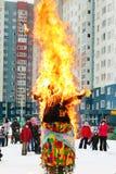 Doll Dame Maslenitsa die op hoogtepunt van viering branden vorige dag van Cheesefare-Week in shroveti royalty-vrije stock afbeeldingen