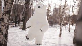 Doll de reus draagt dansend in een sneeuwpark stock videobeelden