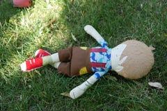 Doll die van de jonge Jongen in Gras leggen royalty-vrije stock foto