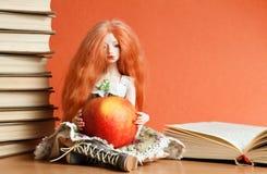 Doll en appel royalty-vrije stock afbeeldingen