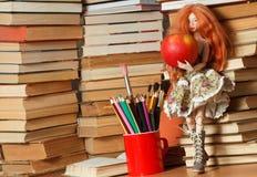 Doll en appel stock afbeelding