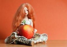 Doll en appel royalty-vrije stock fotografie