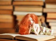 Doll en boek stock fotografie