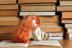 Doll en boek royalty-vrije stock fotografie