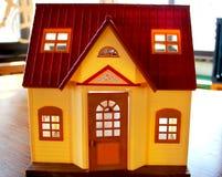 Doll huis, het onroerende goederen concept het verkopen royalty-vrije stock foto