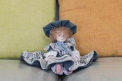 Doll op bank Royalty-vrije Stock Afbeeldingen