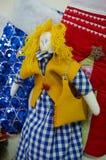 Doll stuk speelgoed van doek wordt gemaakt die Royalty-vrije Stock Afbeelding