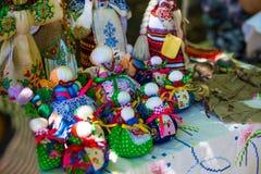 Doll wordt gemaakt van stof Genaaide pop in een traditioneel met de hand gemaakt kostuum, Doll motanka Russische traditie met de  stock afbeelding