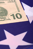 Dollar auf amerikanischer Flagge Stockfoto