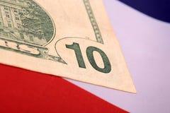 Dollar auf amerikanischer Flagge Lizenzfreie Stockfotos