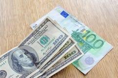 Dollar auf dem Euro lizenzfreie stockfotografie
