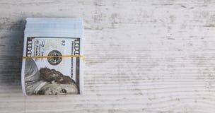 Dollar auf hölzernem Hintergrund lizenzfreie stockfotografie