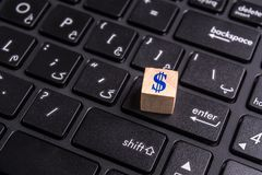 Dollar auf Laptop Lizenzfreies Stockbild