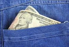 Dollar av USA som klibbar ut ur hans jeans Arkivbilder