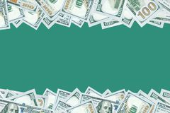 100 dollar bankbiljettenachtergrond met lege ruimte in midden Stock Foto