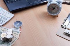 Dollar Banknote mit weißem Wecker, Kompass, Taschenrechner, weiß Lizenzfreie Stockbilder