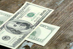100 Dollar Banknoten auf hölzernem Hintergrund Stockfotografie