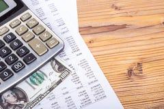 Dollar-Banknoten mit Bleistift und Taschenrechner auf Einkommen-Bericht Lizenzfreies Stockbild