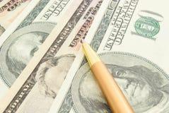 Dollar Banknoten und Stift Stockbild