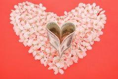 Dollar de coeur sur le coeur fait de fleurs Photographie stock libre de droits