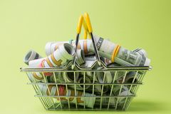 Dollar in den Rollen in einem Metallkorb auf einem grünen Hintergrund, Konzept von Leihen, Reichtum oder Gewinn Lizenzfreie Stockfotografie
