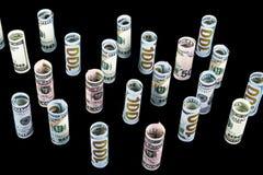 Dollar Dollarbanknotenrolle in anderen Positionen Amerikanische US-Währung auf schwarzem Brett Amerikanische Dollarbanknotenrolle Stockfotos