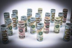 dollar Dollarsedelrulle i annan positioner Amerikansk USA-valuta på det vita brädet Amerikanska dollarsedelrullar Arkivfoton