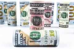 dollar Dollarsedelrulle i annan positioner Amerikansk USA-valuta på det vita brädet Amerikanska dollarsedelrullar Royaltyfri Fotografi