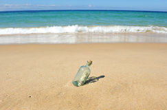 10 Dollar in einer Flasche auf dem Strand Lizenzfreie Stockfotos