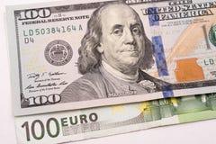100 dollar en 100 euro bankbiljetten op Witboek Stock Fotografie