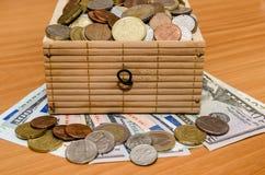 Dollar en euro geld met muntstukken Stock Afbeeldingen