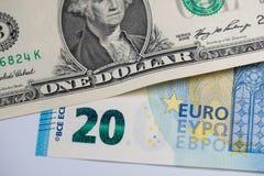 1 dollar et 20 billets de banque d'euro photos stock