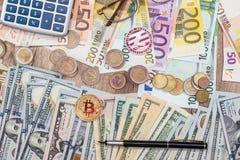 dollar euro, bitcoin, mynt close upp Fotografering för Bildbyråer