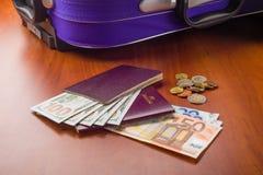 Dollar, euro och pass Arkivfoto