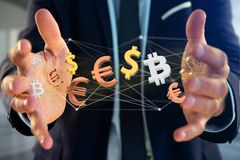 Dollar-, Euro- und Bitcoin-Zeichen, die um ein Netz connectio fliegen Stockbilder