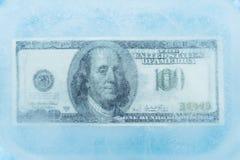 100 dollar fryst melt fotografering för bildbyråer