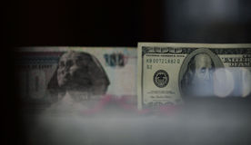 100 Dollar gegen 100 ägyptisches Pfund Lizenzfreie Stockfotografie