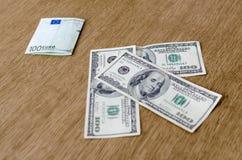 Dollar gegen den Euro lizenzfreie stockbilder