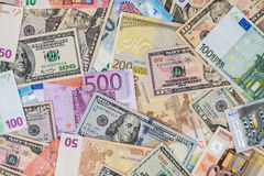 Dollar gegen Eurobanknoten Stockfotos