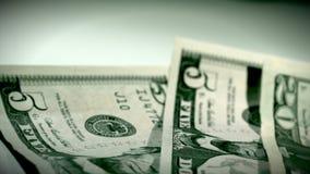 Dollar-Geld, das vorbei überschreitet stock footage