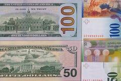 100 Dollar Geldhintergrund 50 Schweizer Franken Stockfoto