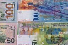 100 Dollar Geldhintergrund 50 Schweizer Franken Lizenzfreie Stockfotos