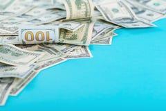 Dollar gestalten auf blauem Hintergrund Beschneidungspfad eingeschlossen Kopieren Sie Platz Lizenzfreie Stockfotos