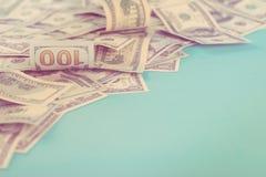 Dollar gestalten auf blauem Hintergrund Beschneidungspfad eingeschlossen Kopieren Sie Platz getont Lizenzfreie Stockfotografie