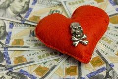 Dollar, Herz, Tod Konzept-Hochzeitsvertrag, gefährliche Liebe für Geld, schrecklicher Valentinsgruß ` s Tag Piraterie und Gefühle Lizenzfreie Stockfotografie