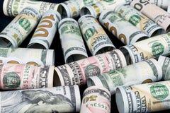Dollar Het broodje van dollarbankbiljetten in andere posities De Amerikaanse munt van de V.S. op witte raad De Amerikaanse broodj Stock Foto's
