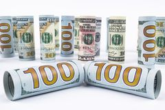 Dollar Het broodje van dollarbankbiljetten in andere posities De Amerikaanse munt van de V.S. op witte raad De Amerikaanse broodj Royalty-vrije Stock Fotografie