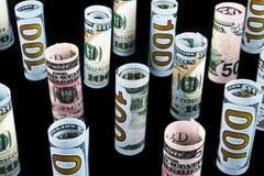 Dollar Het broodje van dollarbankbiljetten in andere posities De Amerikaanse munt van de V.S. op zwarte raad De Amerikaanse brood Royalty-vrije Stock Foto